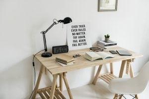 Escritorio de trabajo con pared gris