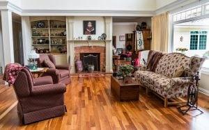 Salón con chimenea con decoración elegante